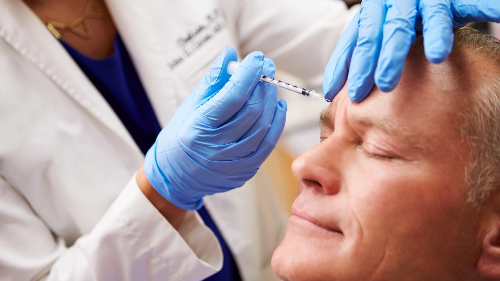 Bilde av mann som får botox injeksjon - Medisinsk rynkebehandling - Østfold Plastikkirurgi Moss - Fillerbehandling, Dermapen og kjemisk Peeling